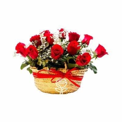 cesta con 12 rosas rojas